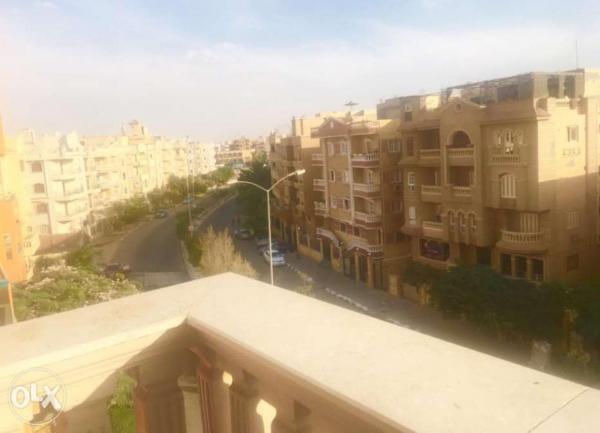 شقه علي الروف للبيع 180م بالحي الأول ( المجاوره الثامنه) بمدينة 6 أكتوبر